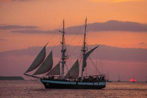 sailboat tour santorini sunset
